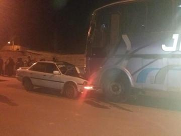 Ebrio estrella su vehículo contra un bus de pasajeros