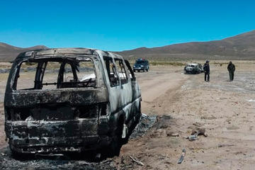 Incendian autos chutos luego de un enfrentamiento con militares