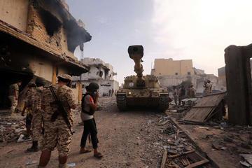 Se recrudece la guerra en Libia y obliga a miles a huir de combates