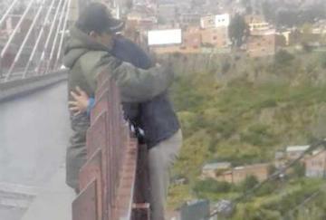 Un policía evita que una persona salte desde un puente en La Paz