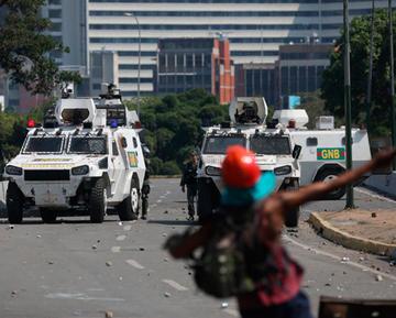 Pugna entre Guaidó y Maduro por el poder deja decenas de heridos