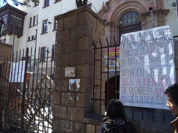 Alumnos de Administración de Empresas bloquean edificio central