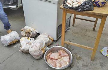 Policía decomisa casi 60 kilos de carne de pollo putrefacto congelado