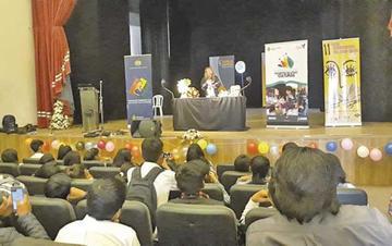 Niños aprenden a contar en guaraní en Feria del Libro