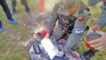 Caen dos bolivianos que traficaban droga en un extintor