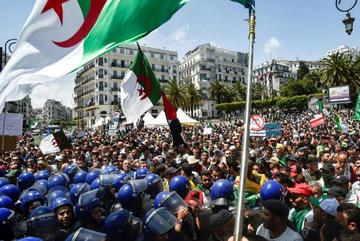 Por décimo viernes, argelinos piden la caida de afines a Bouteflika