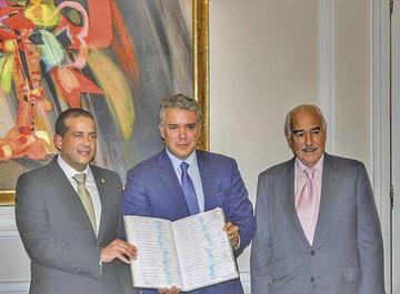 Entregan al presidente Duque 500.000 firmas contra la reelección