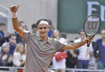 Roger Federer vence al italiano Lorenzo Sonego en su retorno a Roland Garros
