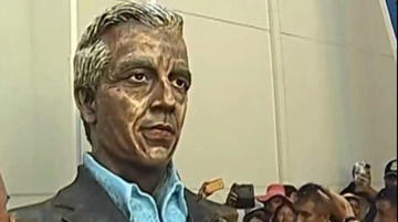 Llueven críticas al busto del vicepresidente Alvaro García Linera en escuela