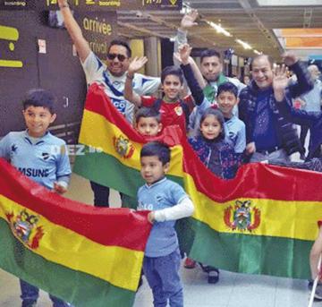 Residentes recibieron a la selección boliviana