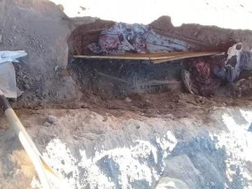 Mujer cargó restos de sus padres y pretendía enterrarlos en su casa