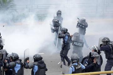 Manifestantes y policías se enfrentaron durante protestas en Honduras