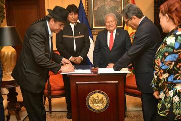Bolivia y El Salvador firman un acuerdo para supresión de visas