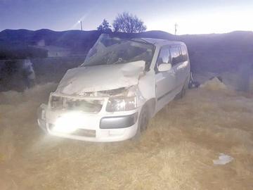 Reportan dos personas heridas por el vuelco de campana de un minibús