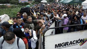 Decenas de miles cruzan frontera entre Colombia y Venezuela