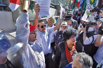 Cívicos entregan carta en medio de fuerte control policial en el TSE