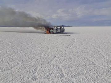 Auto chuto ardió en el salar luego de volcar