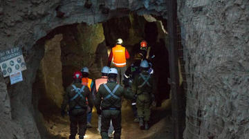 Aceleran trabajo para rescatar a 3 bolivianos atrapados en mina