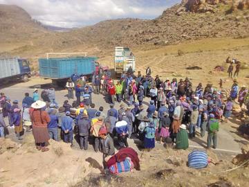 Los comunarios de Ravelo mantienen el bloqueo vial