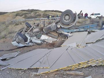 Chofer muere atriccionado luego de volcar un camión