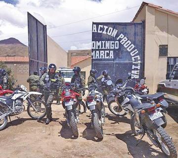 Trasladan a reos fuertemente custodiados al penal de Uyuni