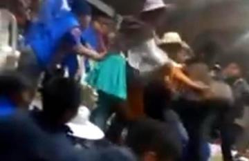 Grupos de Bartolinas se enfrentan a golpes y a palos en Cochabamba