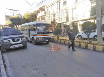 Cierran las calles como si fueran agentes de tránsito