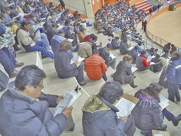Más maestros se concentran en sede Potosí para examen