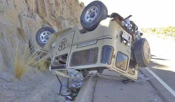 Jeep vuelca por supuesto exceso de velocidad en carretera