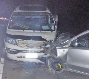 Chofer estrella su vehículo contra un minibús