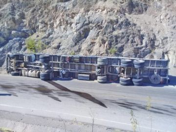 Un tracto camión vuelca por supuesto exceso de velocidad