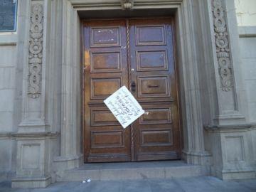 Los trabajadores administrativos de la CNS siguen en paro