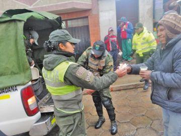 Policías solidarios ofrecen café caliente en las calles