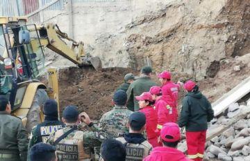 Mueren dos obreros y un bombero tras caída de muro en Sucre
