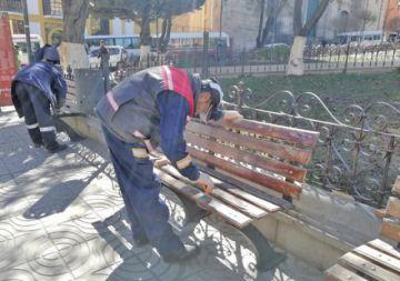 Inician mantenimiento de las bancas de la plaza 10 de Noviembre