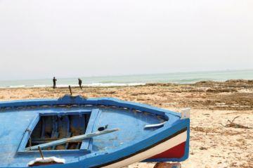 Buscan a decenas de inmigrantes tras naufragio en Libia
