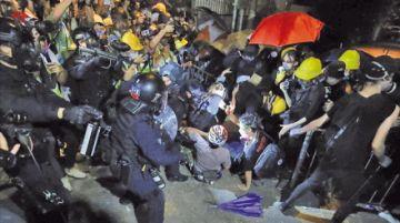 Policía y manifestantes se enfrentan en Hong Kong