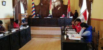 Concejales debaten si acatan o no el paro cívico.
