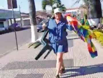 Video muestra a una mujer que retiró wiphalas de la plaza central de Montero