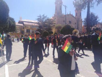 Desfile institucional del 6 de agosto recorre las calles