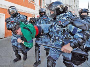 Oposición rusa muestra fuerza en multitudinario mitin en Moscú