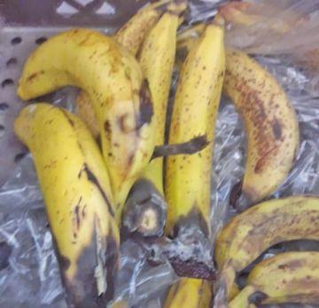 Denuncian plátano negro y galleta dura en el desayuno