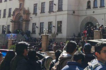 Estudiantes se enfrentaron ayer y se reúne el Consejo Universitario