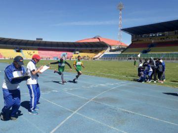 Atletas compiten en 100 metros en los pluris de Educación Especial