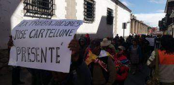 Extrabajadores de Cartelone marchan a La Paz