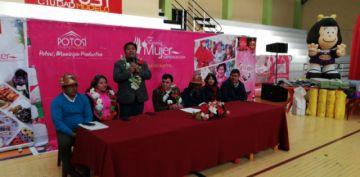 Gobierno entrega ayuda a las mujeres en el municipio de Potosí