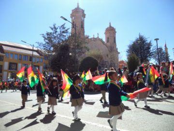 Se destaca el fervor cívico infantil en desfile por el Día de la Bandera
