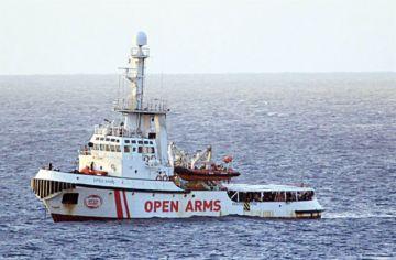 Italia mantiene bloqueo a barco de inmigrantes
