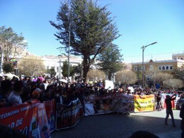 Universitarios marchan en demanda de atención a sus pedidos