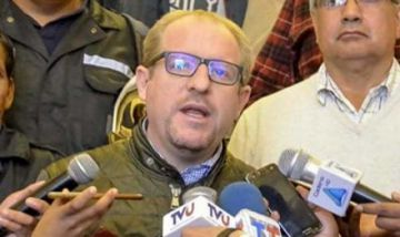 Oliva consigue de Jujuy un avión hidrante, un helicóptero y bomberos para la Chiquitanía
